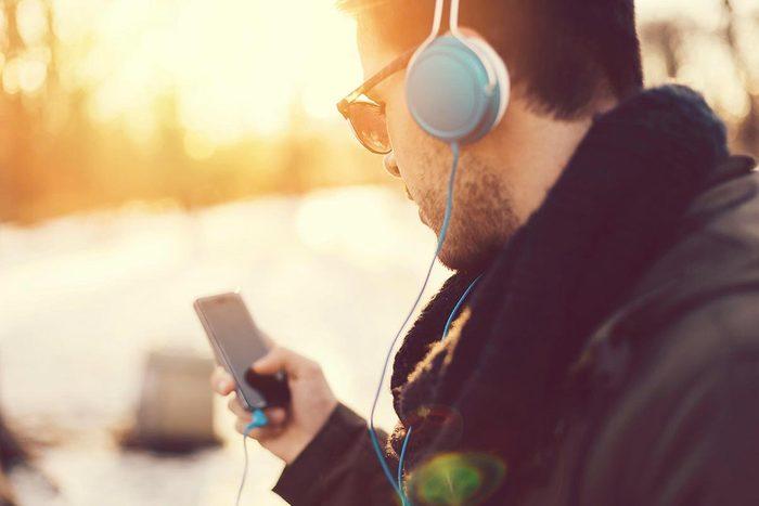 Soins de la peau : utilisez des écouteurs pour parler au téléphone.