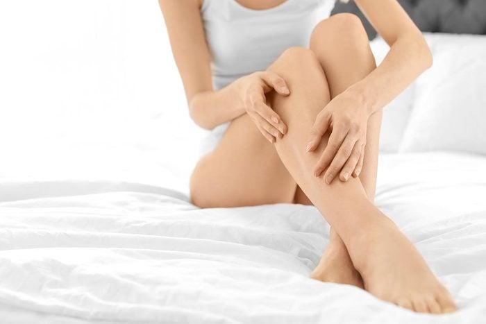 Symptômes de maladies : une hyperpigmentation sur les jambes peut être un signe de diabète.