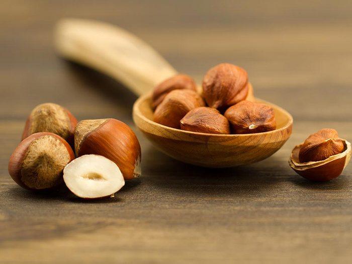 La vitamine E est contenu notamment dans les noisettes.