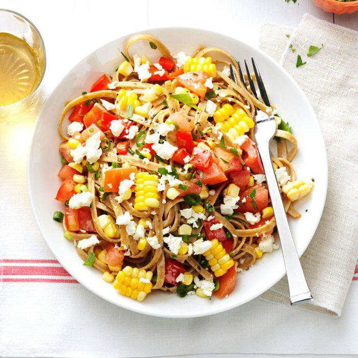 Recette végétarienne de maïs frais et fettucines aux tomates.