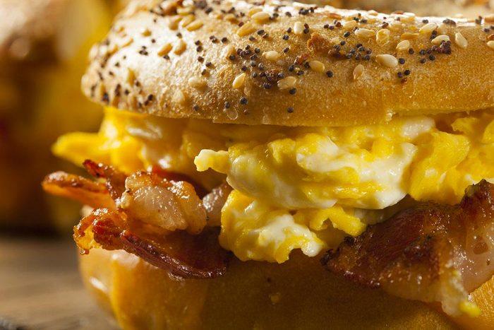 Aliments surgelés qu'il ne faut plus acheter : les sandwichs déjeuner.