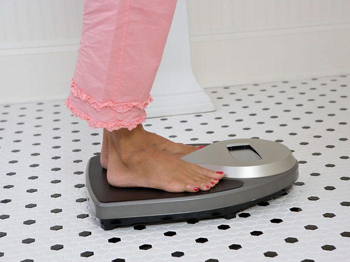 Parmi les symptômes du cancer du foie, on retrouve la perte de poids inhabituelle.