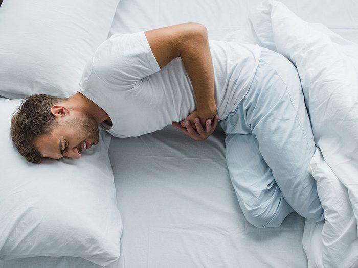 Des douleurs à l'estomac ou des nausées peuvent être des symptômes de cancer chez l'homme.