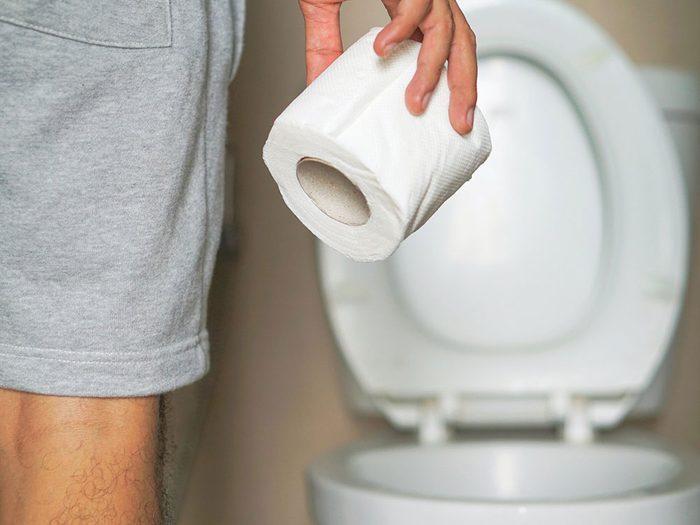 Du sang dans les selles peut être un symptôme de cancer chez l'homme.