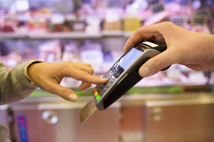 Une carte de crédit vous pousse à dépenser davantage.
