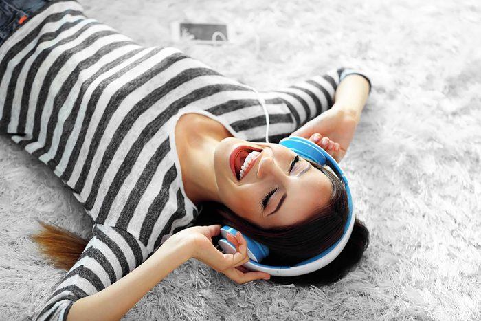 Comment contrôler son stress : écoutez de la musique pour focaliser votre attention ailleurs.
