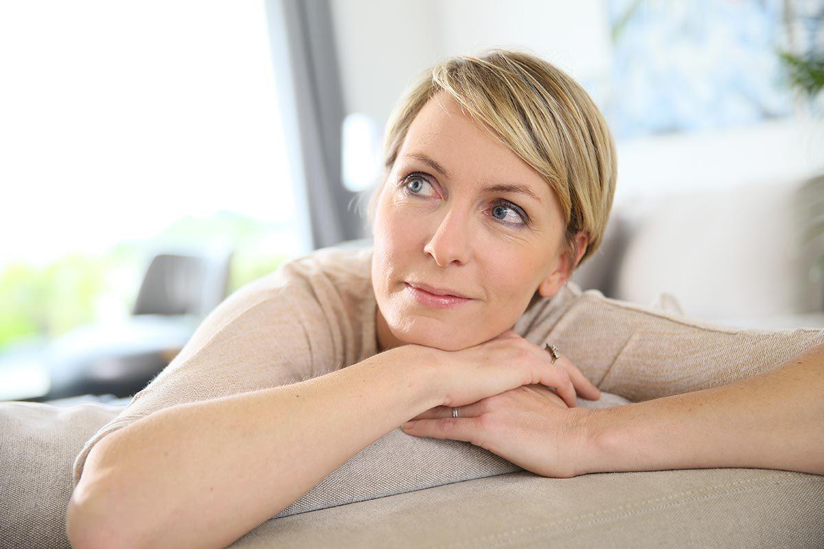 Une coupe de cheveux courts permet de détendre le visage et diminuer les rides.