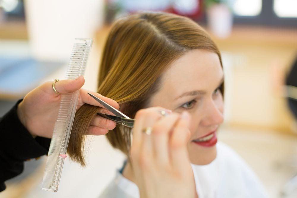 Une coupe de cheveux courts vous oblige à prendre plus souvent rendez-vous chez le coiffeur.