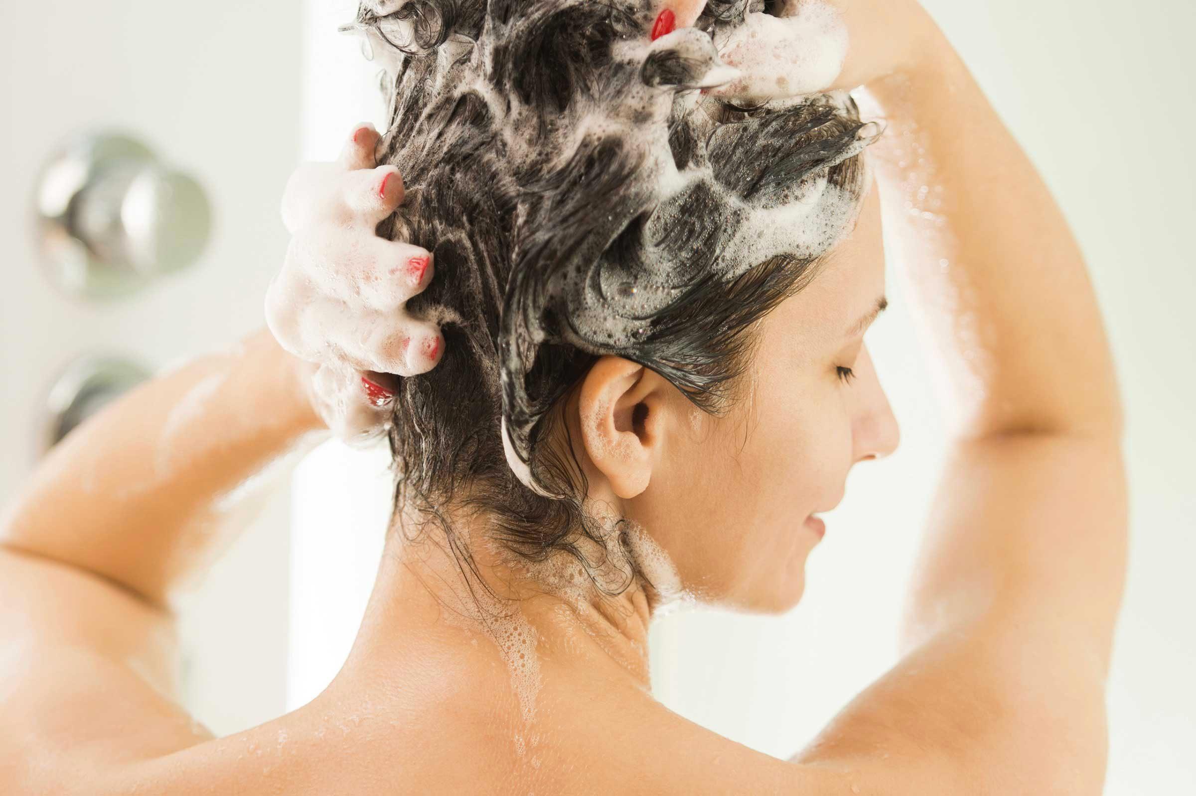 Une coupe de cheveux courts simplifie les shampoings.