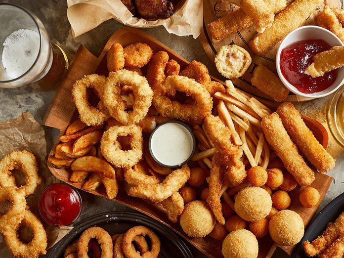Les aliments frits sont à éviter en cas de crise d'arthrite.