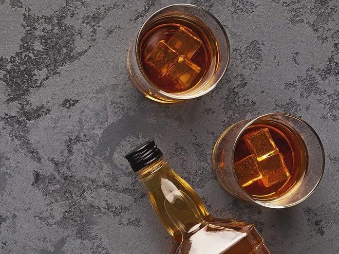 L'alcool est à éviter en cas de crise d'arthrite.