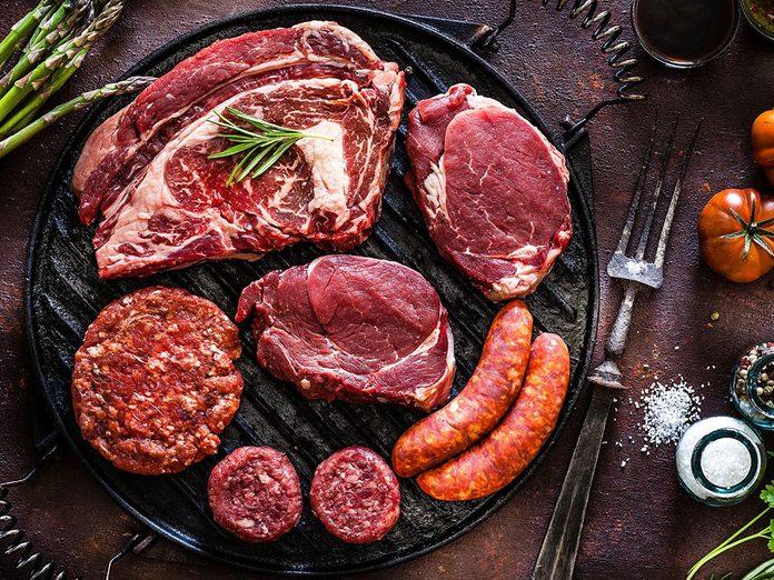 Les viandes grasses sont à éviter en cas de crise d'arthrite.