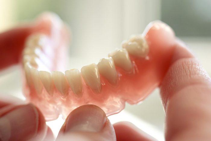 Les dents qui branlent peuvent être le signe que vous souffres d'ostéoporose.