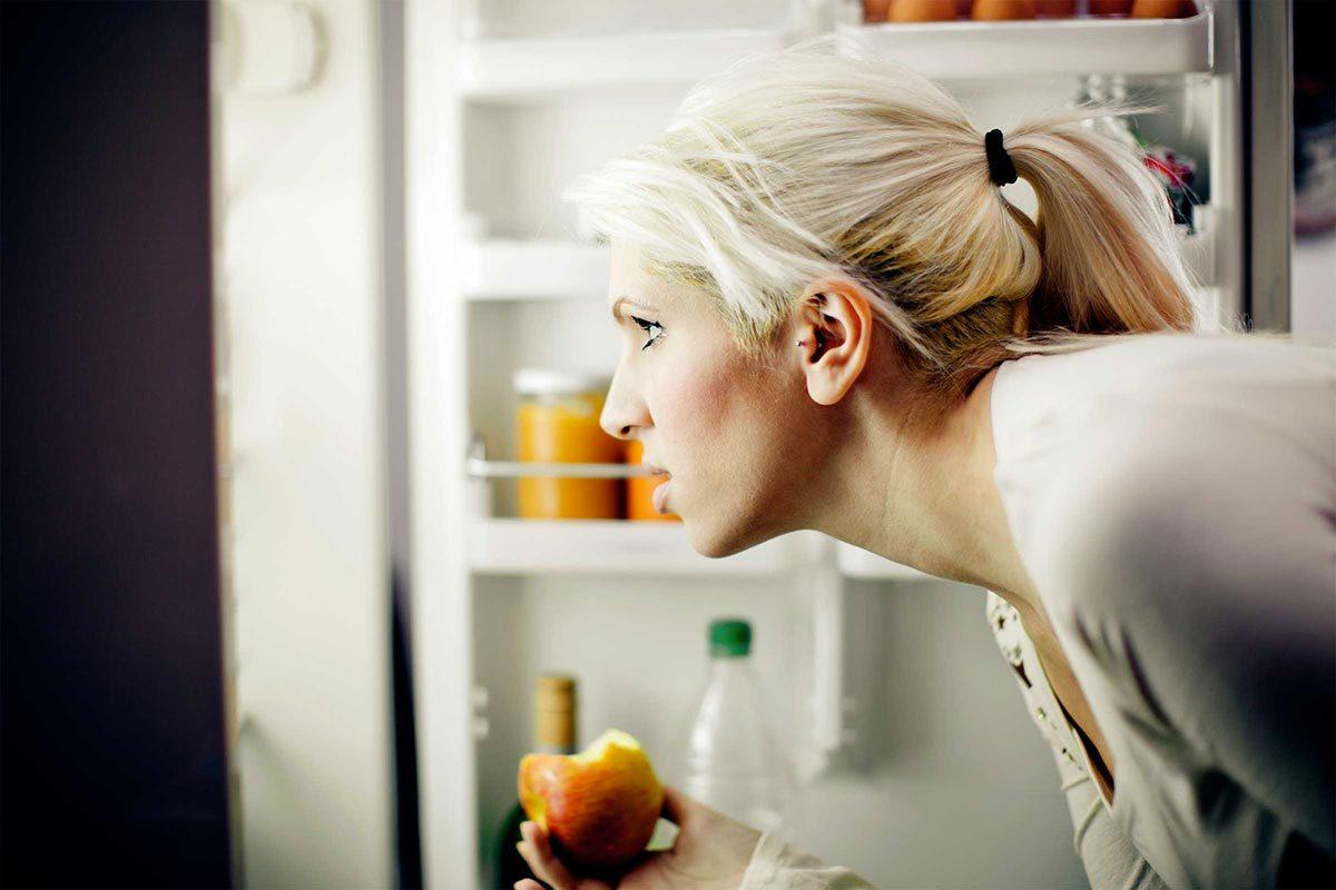 Signe d'un déséquilibre hormonal : vous ouvrez souvent la porte du frigo.