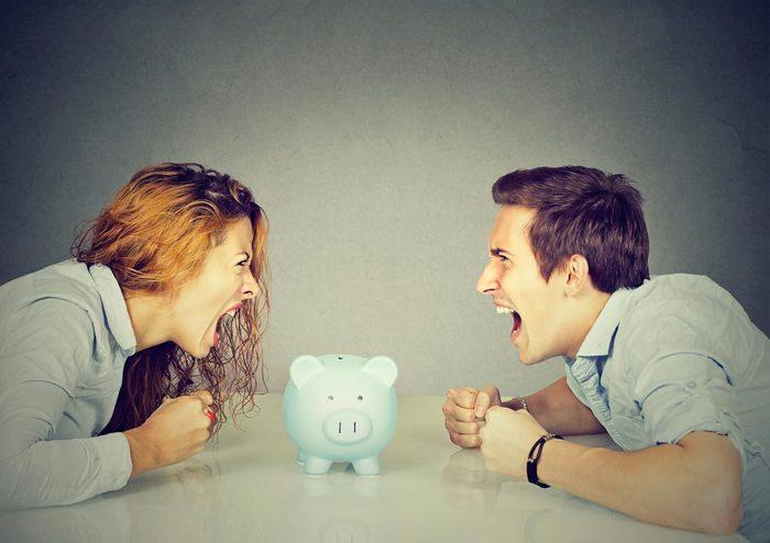 Sujets de dispute communs à tous les couples : l'argent.
