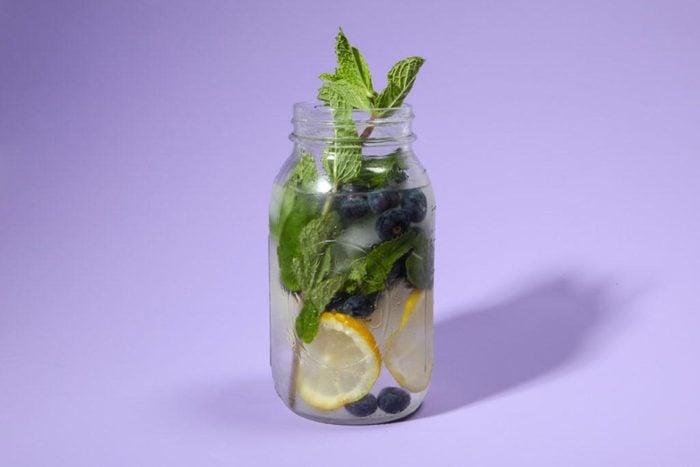 Eau aux fruits : myrtilles, citron et menthe.