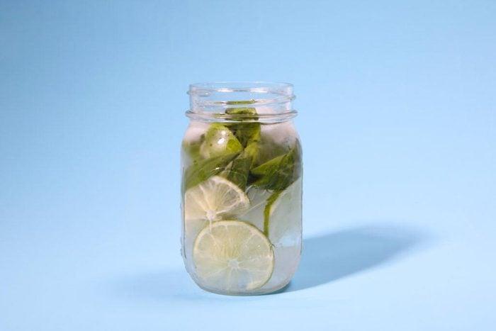 Eau aux fruits : citron vert et basilic.