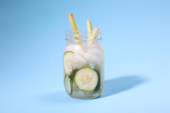 Eau aux fruits : concombre et citronnelle.