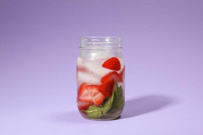 Eau aux fruits : fraises et basilic.