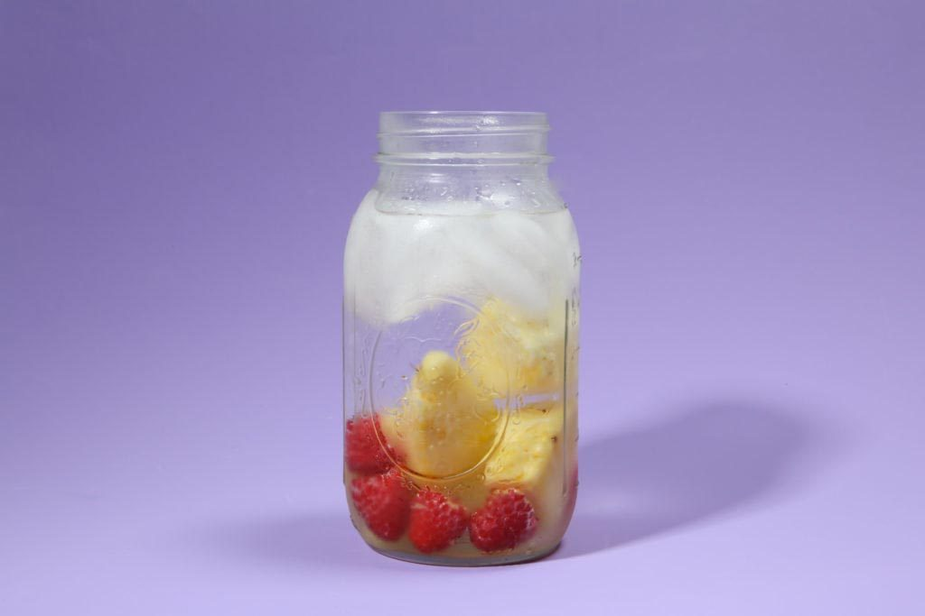 Eau aux fruits : glaçons de framboise et d'ananas.