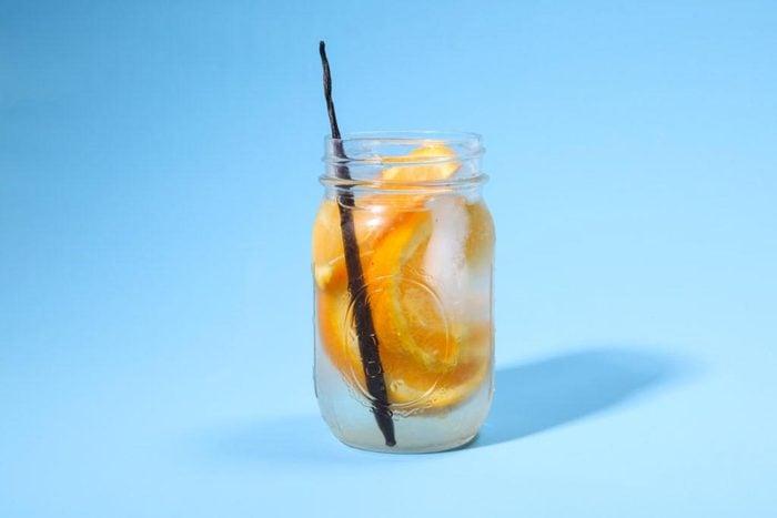 Eau aux fruits : quartier d'orange et vanille.