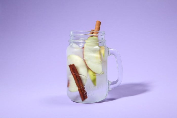 Eau aux fruits : pomme et cannelle.