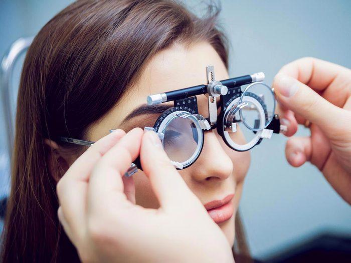 Lors de l'examen de la vue, clignez souvent des yeux.