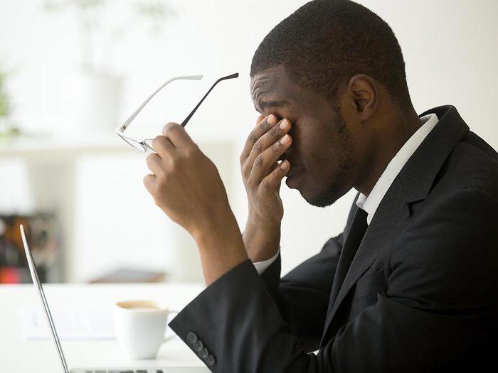 Examen de la vue : faites-vous prescrire des lunettes spéciales pour le travail.