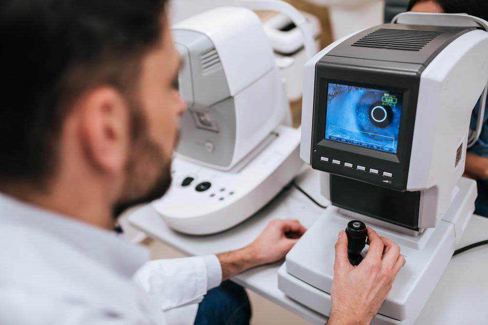 L'examen de la vue permet de déceler des maladies oculaires comme le glaucome.