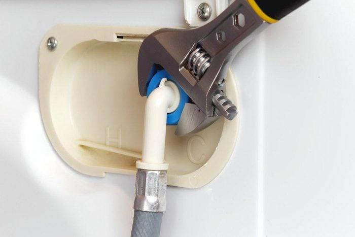 Laveuse et sécheuse : faites-les installer par un professionnel.