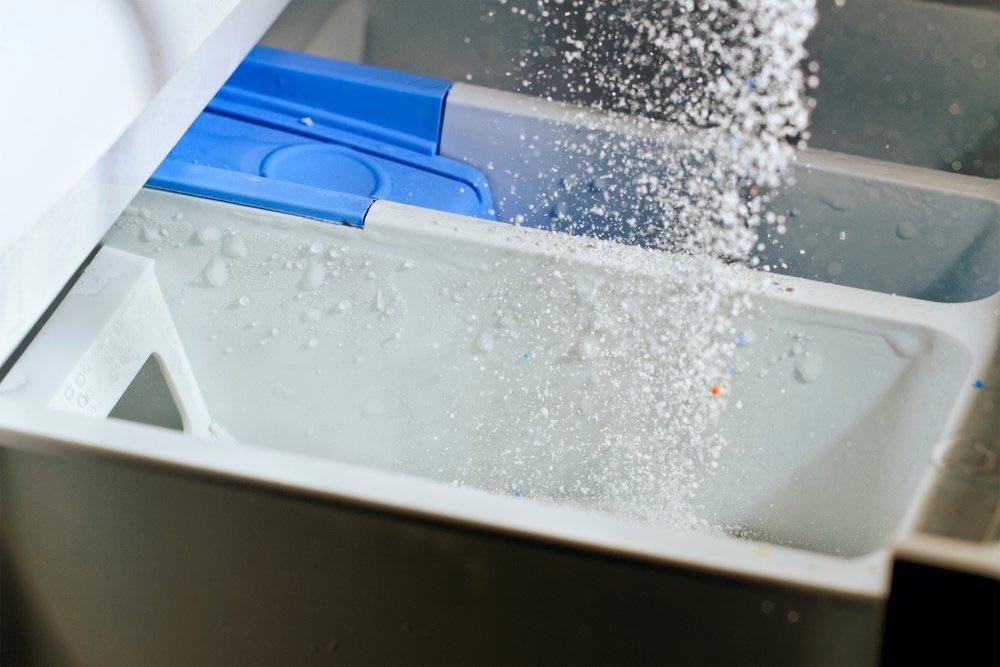 Laveuse et sécheuse : nettoyez les distributeurs à détergent.