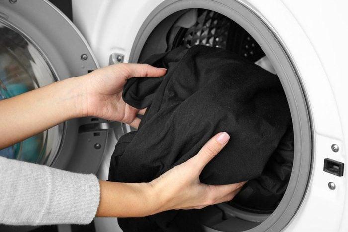 Laveuse et sécheuse : sortez vos vêtements immédiatement après lavage.