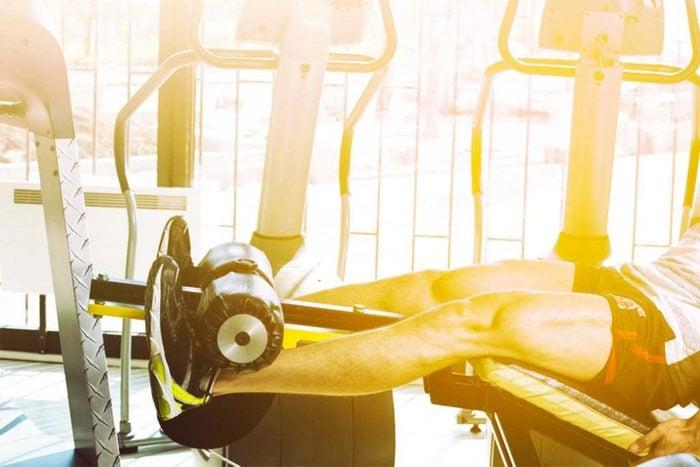 Machines de salle de sport dangereuses : curl assis.
