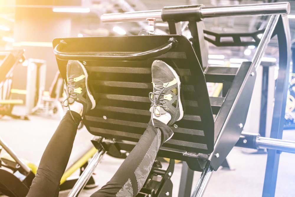 Machines de salle de sport dangereuses : presse à cuisses en position assise.