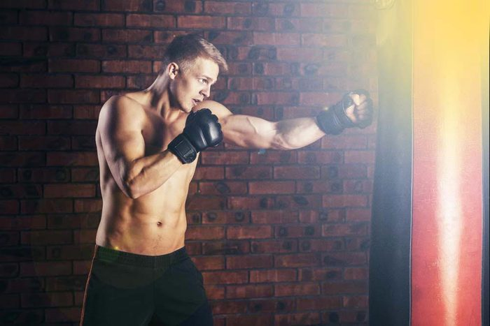 Machines de salle de sport dangereuses : sacs de frappe lourds.