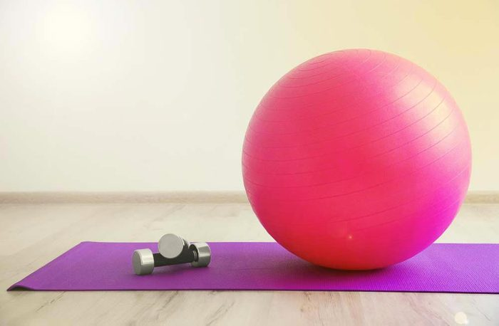 Machines de salle de sport dangereuses : les squats sur ballon d'exercice.