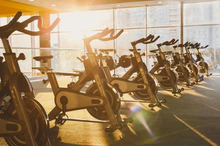 Machines de salle de sport dangereuses : vélos stationnaires.