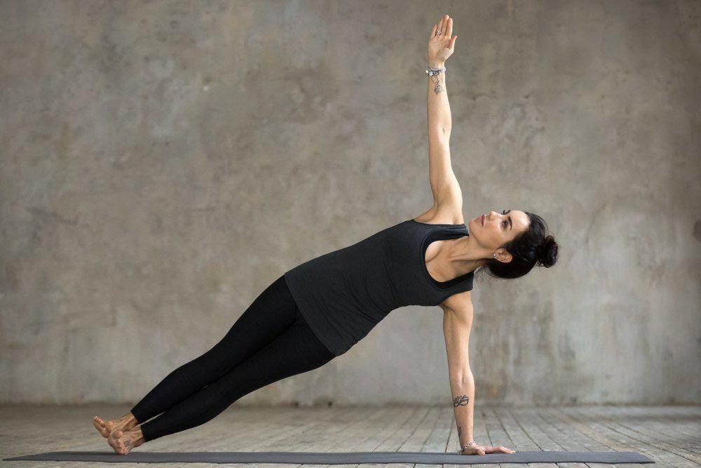 Mouvements de yoga pour améliorer votre posture : planche latérale (Vasisthasana)