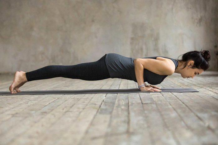 Mouvements de yoga pour améliorer votre posture : posture de la pompe (Chaturanga Dandasana)