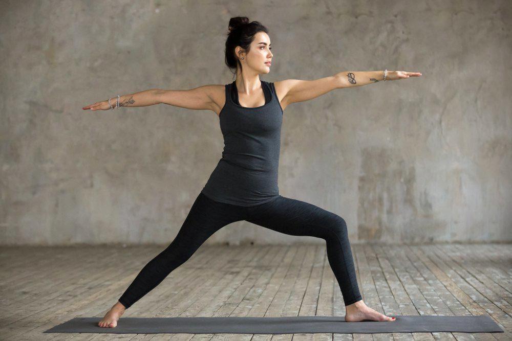 Mouvements de yoga pour améliorer votre posture : posture du guerrier (Virabhadrasana)