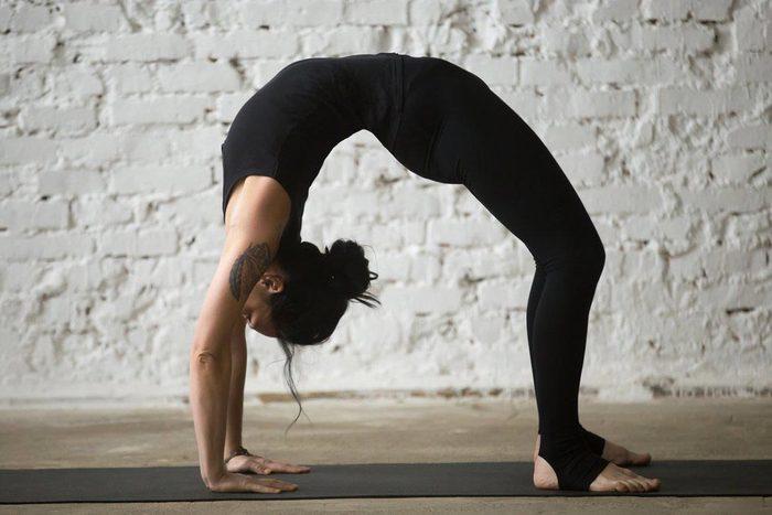 Mouvements de yoga pour améliorer votre posture : posture du pont (Urdhva Dhanurasana)