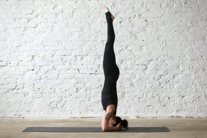 Mouvements de yoga pour améliorer votre posture : posture sur la tête (Sirsasana)