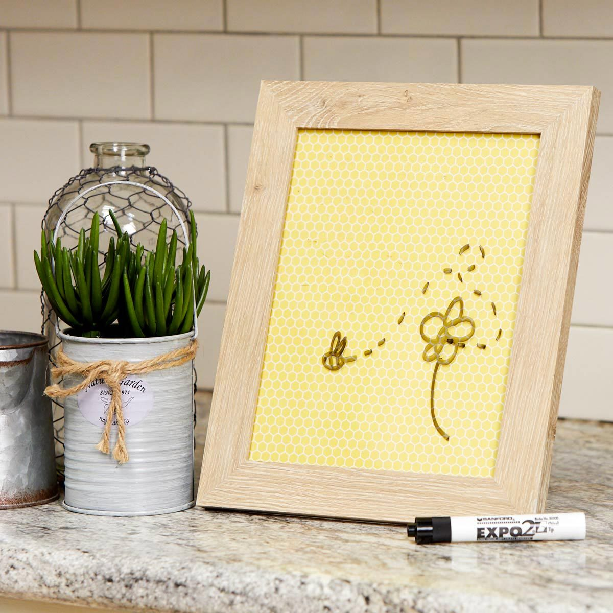 Organiser sa maison : un cadre pour un tableau à messages.