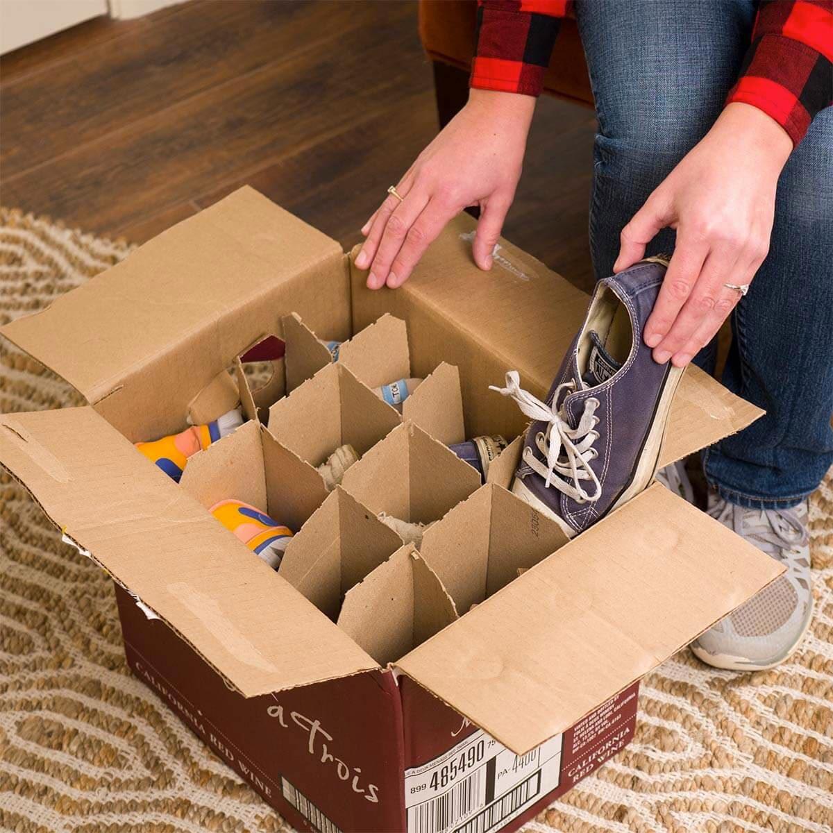 Organiser sa maison : un carton de bouteilles de vin pour ranger vos souliers.