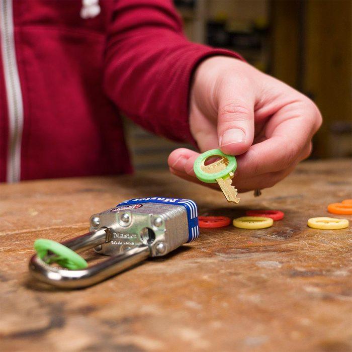 Organiser sa maison : des codes de couleur pour les cadenas et les clés.