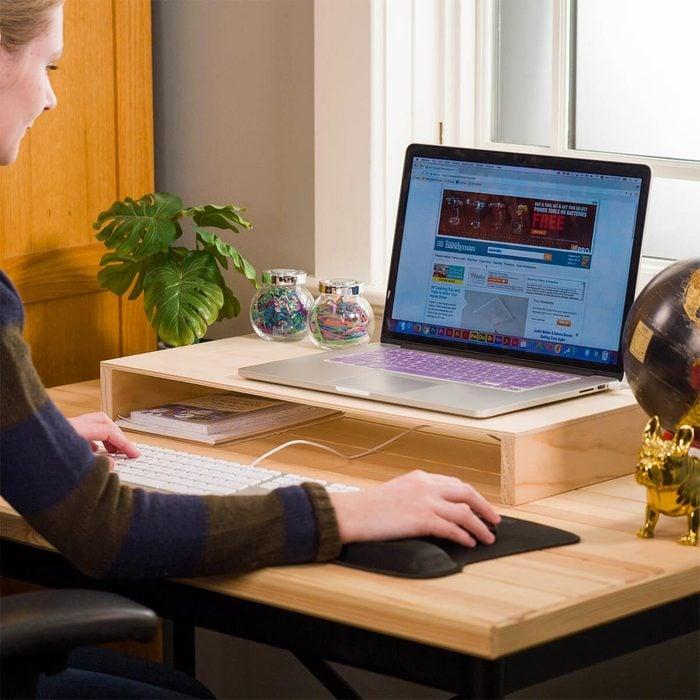 Organiser sa maison : une étagère à ordinateur.
