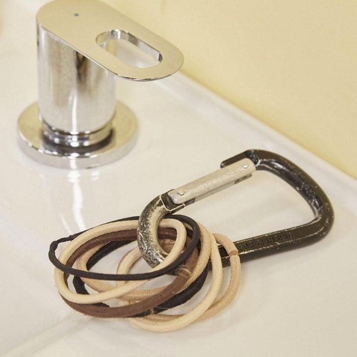 Organiser sa maison : un mousqueton pour les élastiques à cheveux.