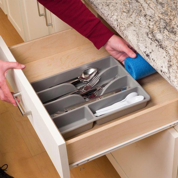 Organiser sa maison : une nouille de piscine dans le tiroir.