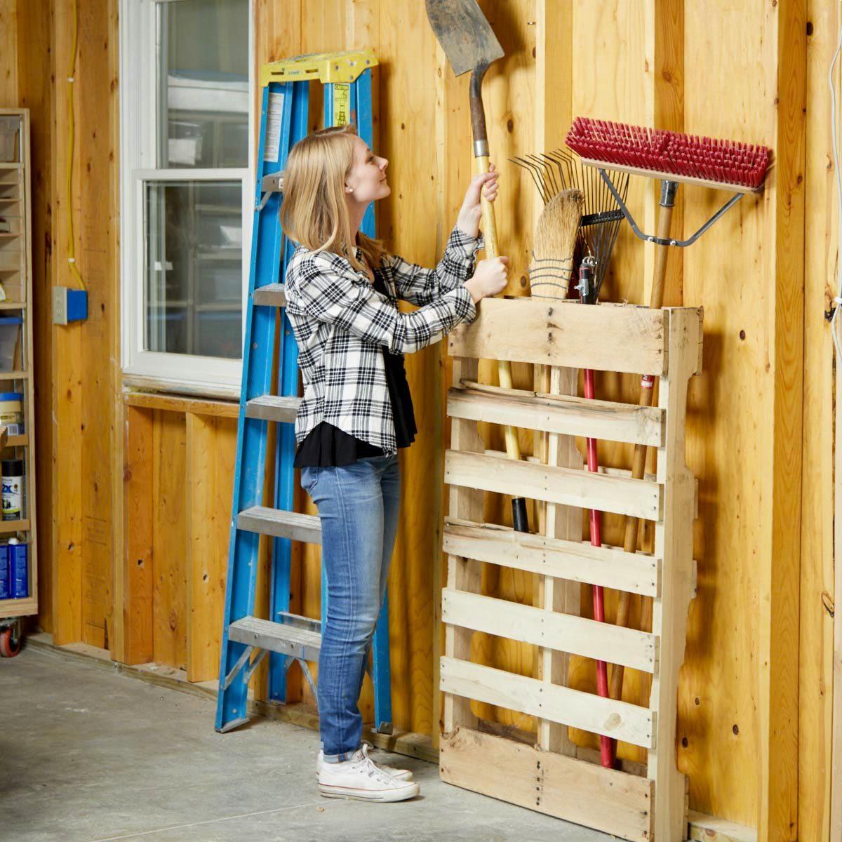 Organiser sa maison : une palette pour entreposer votre matériel de jardinage.