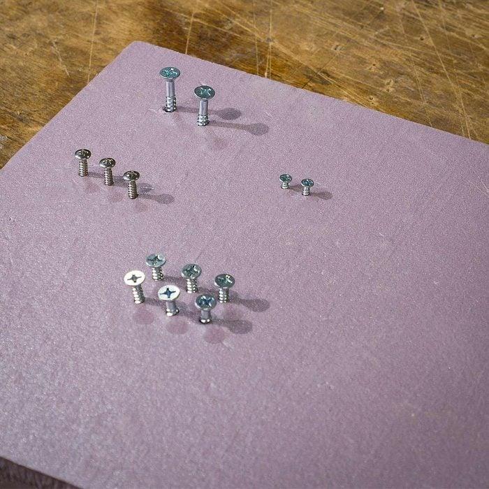 Organiser sa maison : un panneau de mousse pour classer les pièces d'assemblage.
